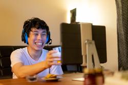 Ragazzo giapponese al computer